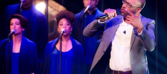 Webster interprète son rap «Qc History X» avec un ensemble gospel à Télé-Québec