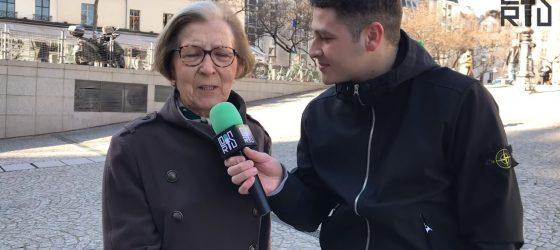 Il demande à des personnes âgées de chanter un rap vulgaire dans la rue