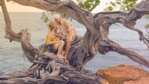 FouKi dévoile un vidéoclip ensoleillé pour son nouveau hit d'été