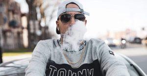 Adamo invite Buzzy Bwoy à son podcast où il mange des jujubes au pot avec des rappeurs