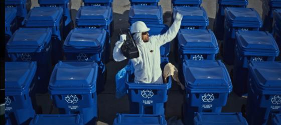 Alaclair interprète son succès pro-recyclage sur le plateau de Julie Snyder [vidéo]