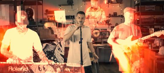 Adamo est entouré d'hologrammes dans une performance live surprenante pour le Défi têtes rasées