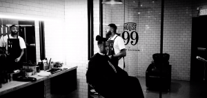 Zach Zoya nous invite chez son barbier dans le court vidéoclip «Warm Up»