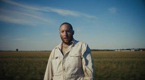 Lary Kidd se prête à une leçon de rap dans le vidéoclip «Tout va bien»