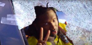 Corops aborde «tout ce qu'il subit depuis des mois» avec le vidéoclip «Trop tard»