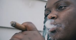 Izzy-S raconte la réalité de son quartier sur «Hood (Enquête Balistique #1)» [vidéo]