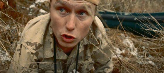 Smitty Bacalley part à la chasse aux huards dans un nouveau clip éclaté