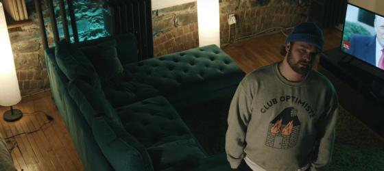 Flower observe la fin du monde assis sur son couch dans un nouveau vidéoclip