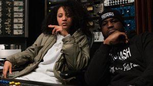 En studio, Connaisseur Ticaso pose avec Naya Ali