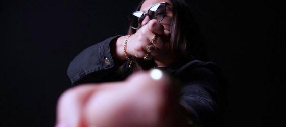 La rappeuse Parazar fait son entrée sur la scène avec un vidéoclip de Carlos Guerra