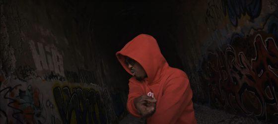 Y est où mon kòb, se demande Le Youngin, alias Ti-Kid, dans un nouveau vidéoclip